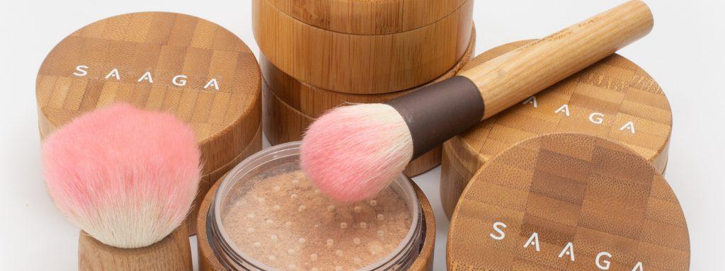SAAGA on uusi suomalainen mineraalimeikkisarja. Suomessa kehitettyjen ja valmistettujen SAAGA mineraalimeikkien värisävyt on huolella valittu sopimaan herkälle suomalaiselle iholle. SAAGA mineraalimeikkipuuteri on peittävä säilyttäen samalla ihon luontaisen silkkimäisen hehkun.